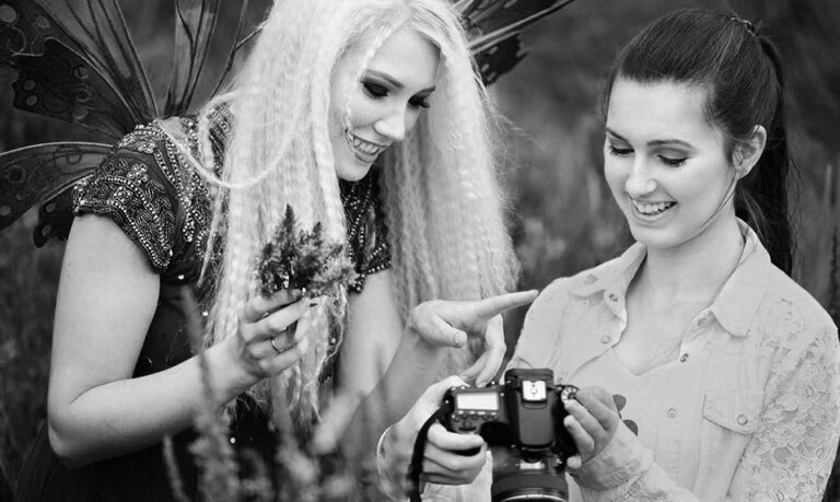 Alexandra Schotsch beim Fotografieren mit einem Model